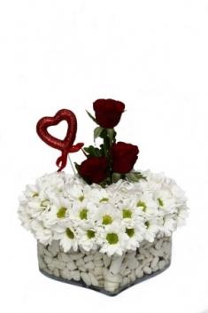 3 Güllü Kalp Vazoda Kırçiçeklerim
